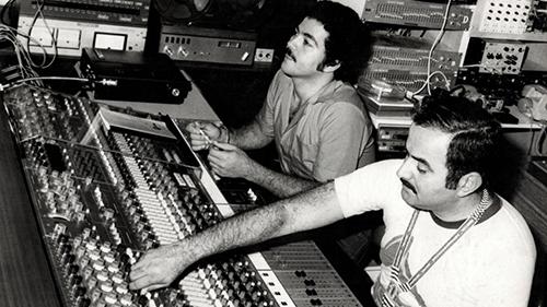Philippe et Henri Debs dansleur studio d'enregistrement